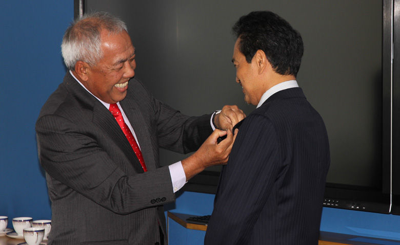 Tan Sri Dr Tajuddin presented Dato' Dr Kamarudin with the insignia of the Malay College Kuala Kangsar (MCKK)